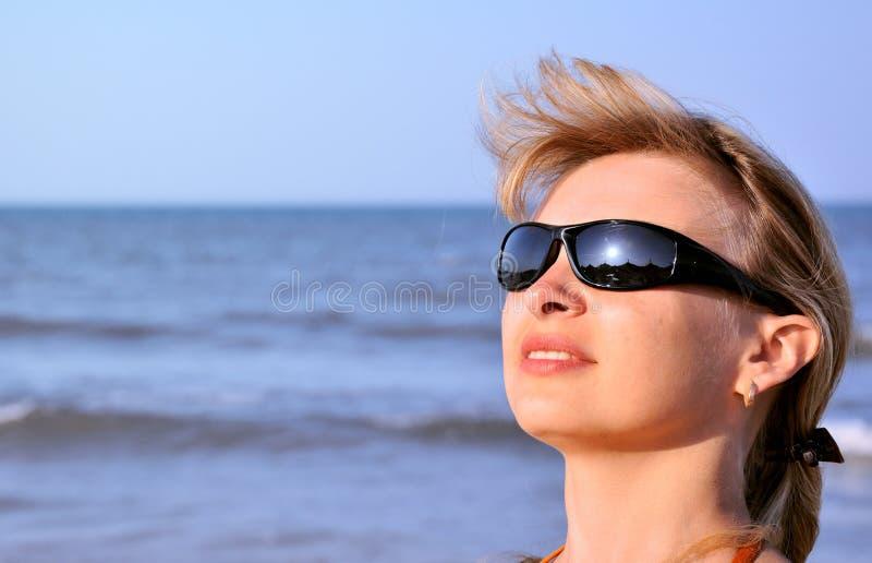 sunglass нося детенышей женщины стоковая фотография rf