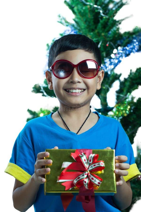 Sunglass de port d'enfant asiatique et boîte actuelle de prise petite photographie stock libre de droits