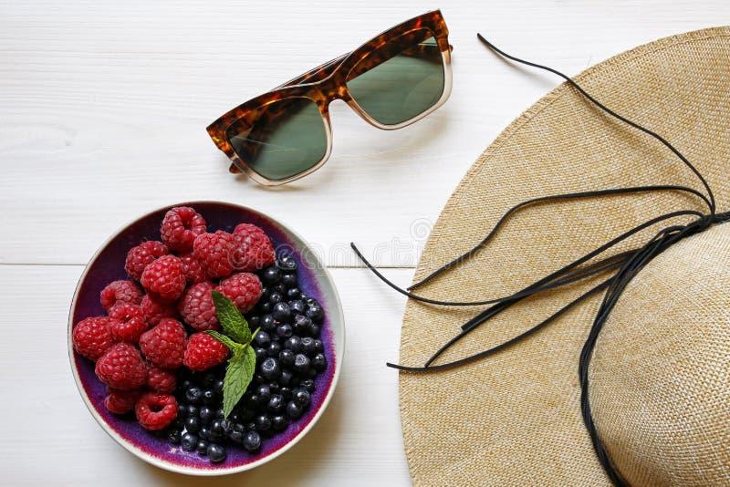 Sunglassses, słomiany kapelusz i lato świeże owoc, fotografia royalty free