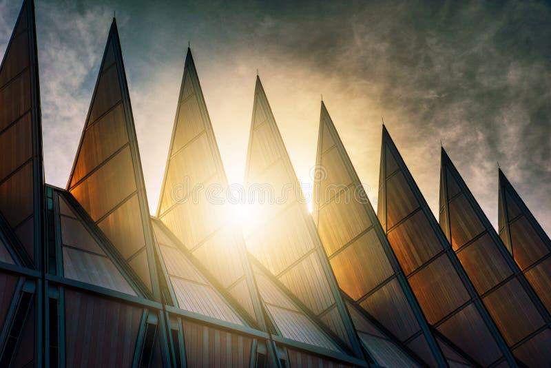Sunglow que contorna os pináculos na capela da academia de força aérea imagem de stock