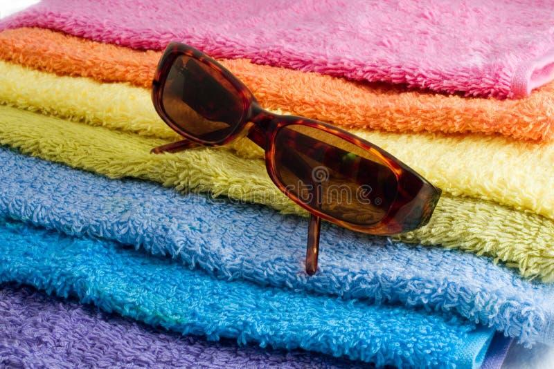 Sunglusses y toalla imagen de archivo libre de regalías