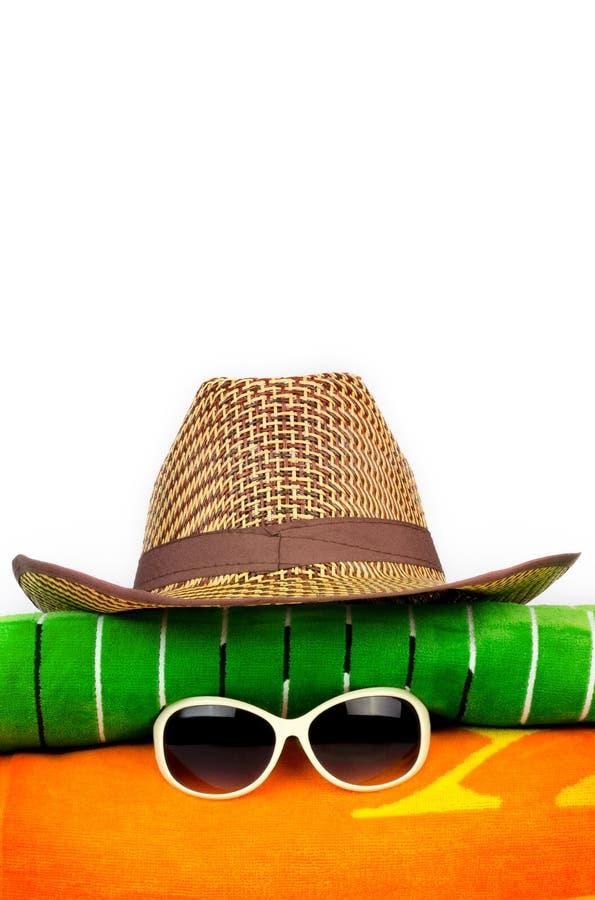 Sunhat на пляжных полотенцах стоковая фотография