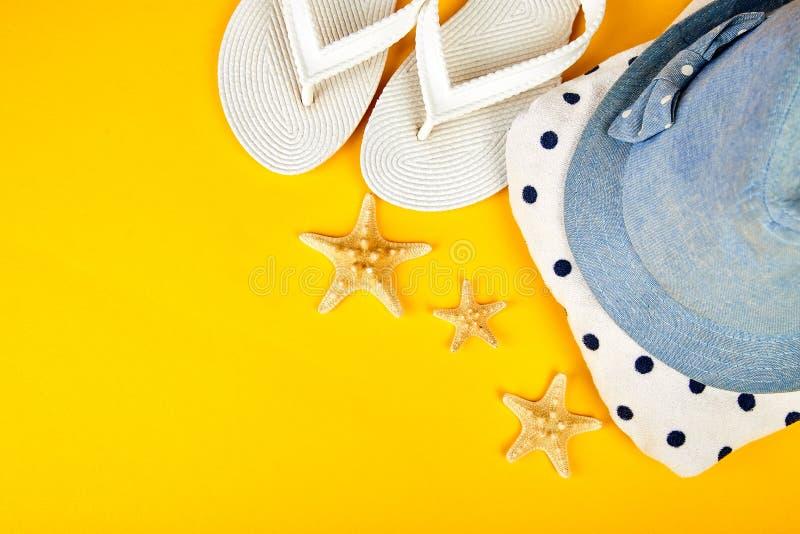 五颜六色的夏天女性时尚成套装备 海滩,假期,旅行概念 库存照片