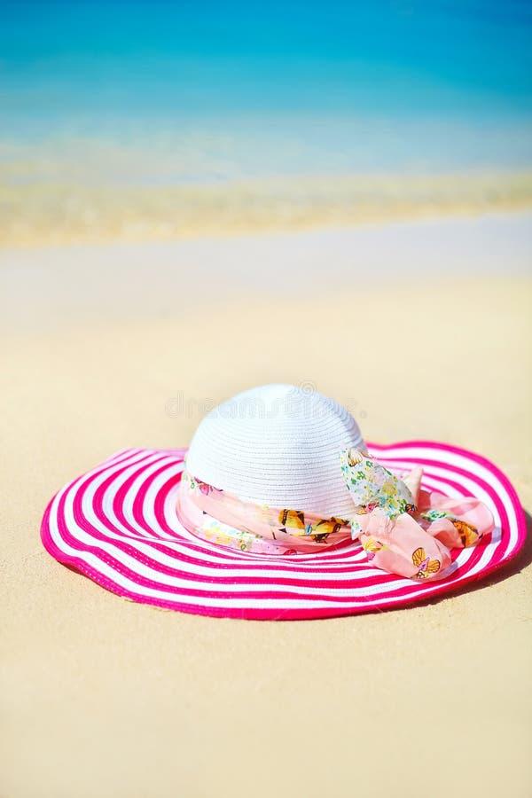 Sunhat brilhante colorido na areia da praia fotografia de stock