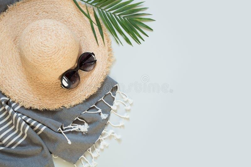 Sunhat de la playa de la paja, palma y vidrios de sol en gris Equipo femenino Concepto de la vacante del verano imágenes de archivo libres de regalías