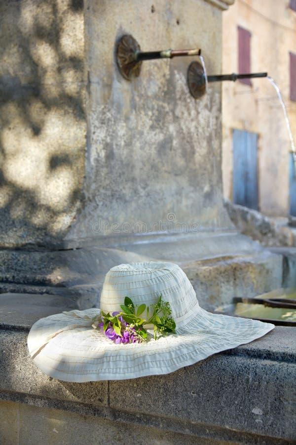 Sunhat med den verkliga blomman på en Provencal springbrunn i Porvence, Fra royaltyfri bild