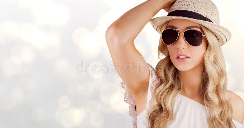 Sunhat och solglasögon för härlig kvinna bärande över bokeh arkivbilder
