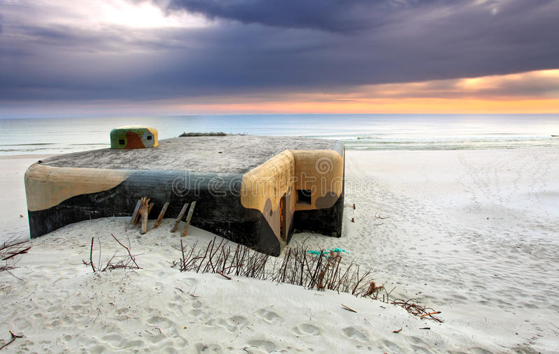 Sunker auf Strand im Sonnenaufgang stockfoto