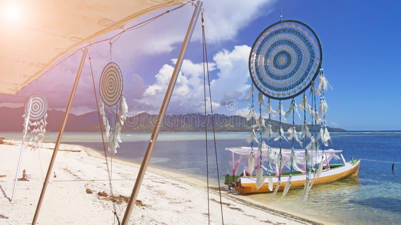sunlight Receveur rêveur blanc contre la mer bleue Gili Air, Ind image libre de droits