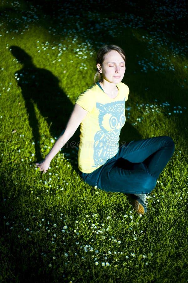 Sunlit Frau im schattenhaften Park stockfotos