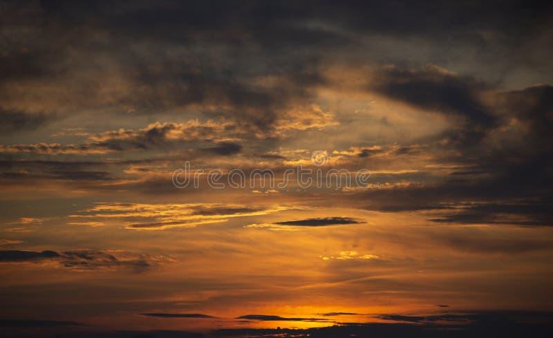sunlit molnig sky Solnedg?ng arkivfoto