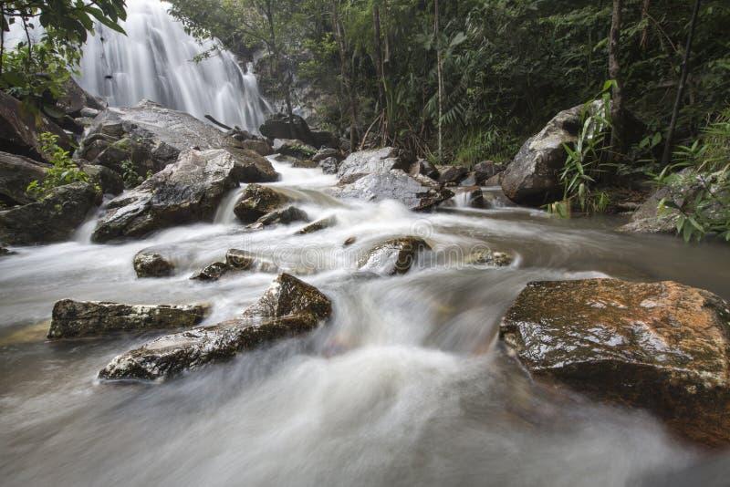 Sunlit Wasserfall stockfoto