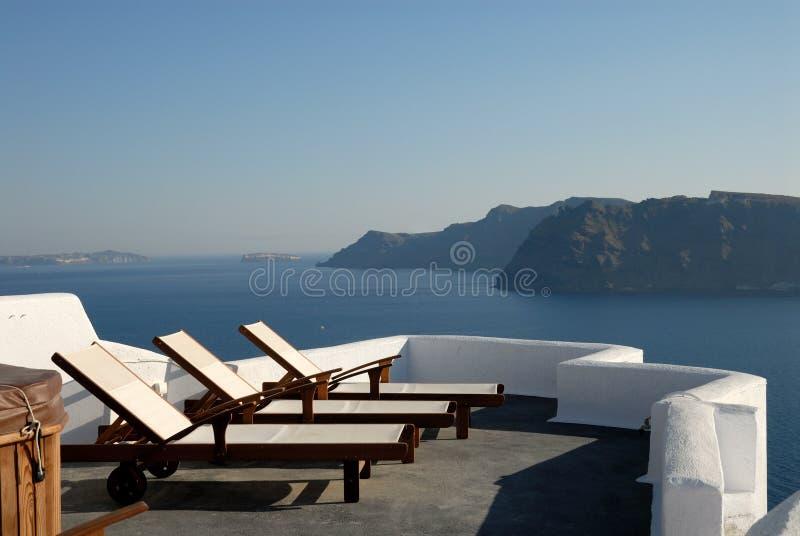 Sunlounger al terrazzo Grecia immagine stock