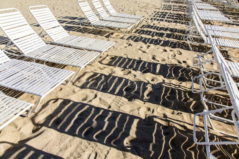 Sunloungers ad una spiaggia fotografia stock libera da diritti