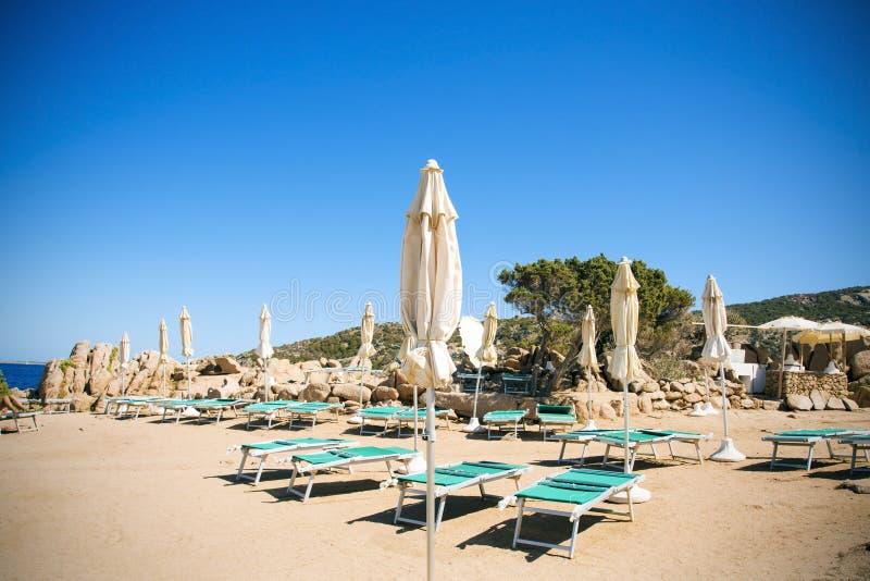 Sunloungers i parasole w Baj Sardinia, Włochy obrazy royalty free