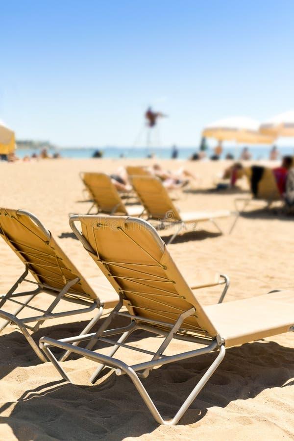 Sunloungers i parasole w plaży obraz stock