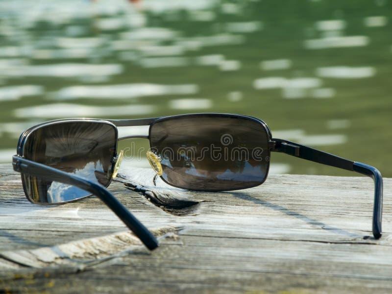 Sunnglasses auf Planke stockfotografie