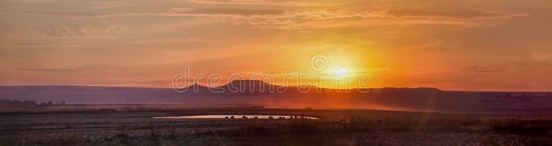 Sunnset ad ovest selvaggio di panorama con le montagne immagine stock libera da diritti