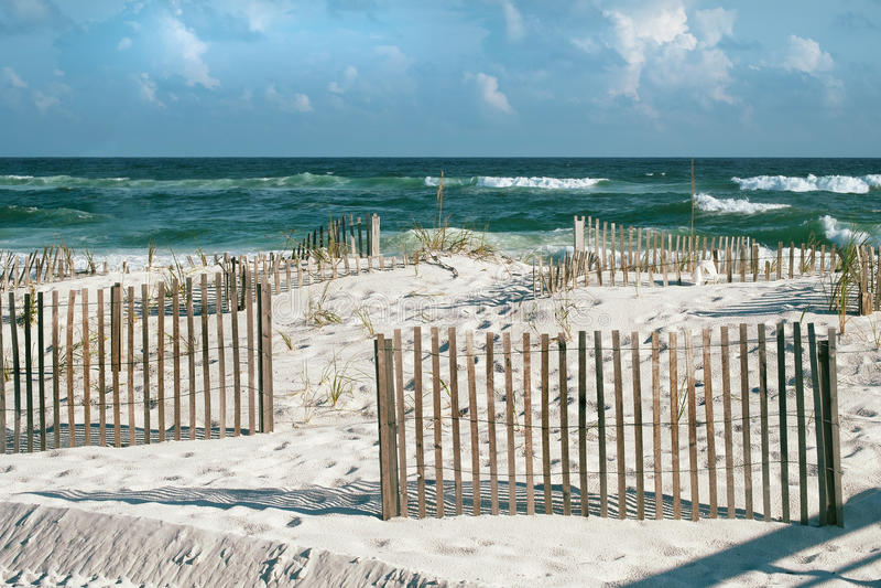 Sunny Beach con las cercas de la arena y Whitecaps en la playa de la Florida fotos de archivo libres de regalías