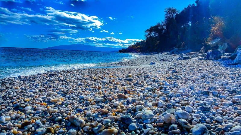 Sunny Beach und Steine lizenzfreie stockfotos