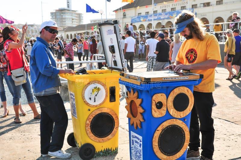 ` Sunny Bins-` eine Tonanlage in einem Wheeliebehälter ist Zukunft des beweglichen Tones und Unterhaltung, verwenden Solarenergie lizenzfreie stockfotos