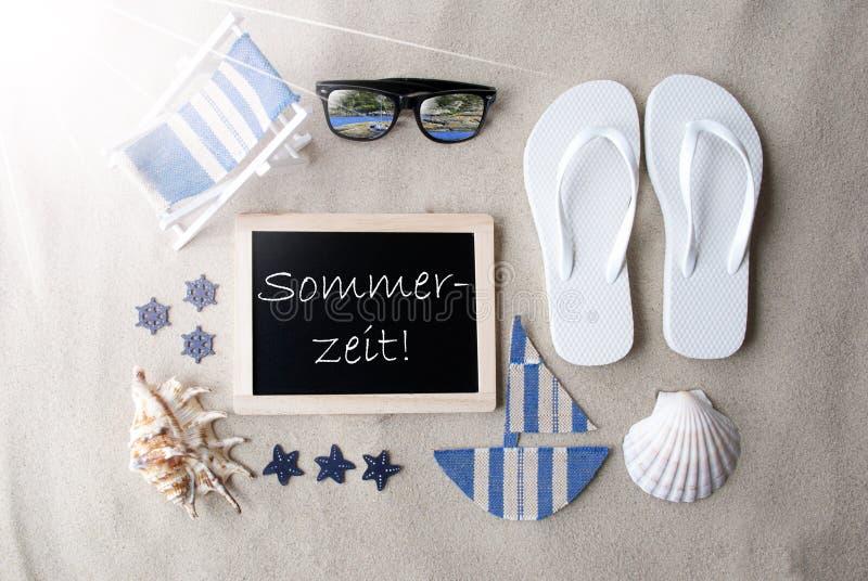 Sunny Blackboard On Sand, Sommerzeit veut dire l'été photographie stock libre de droits