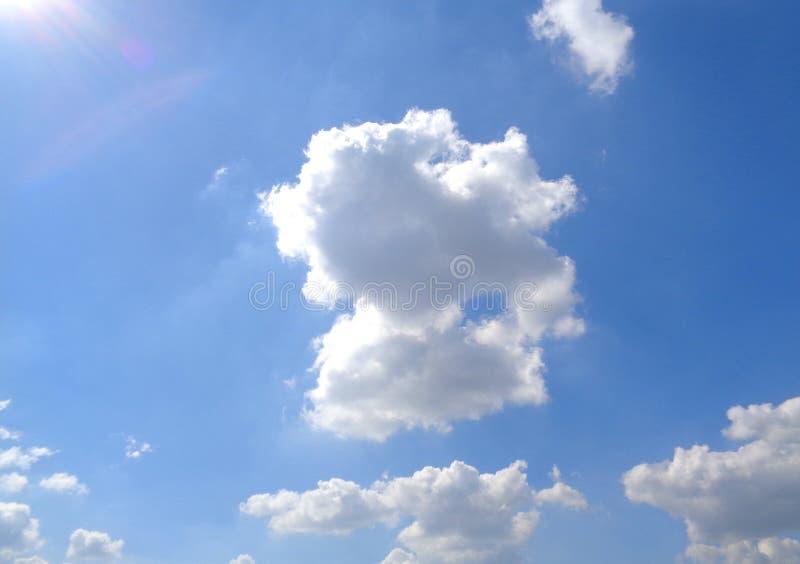 Sunny Blue Sky d'abbagliamento con la nuvola di galleggiamento lanuginosa bianca immagini stock libere da diritti