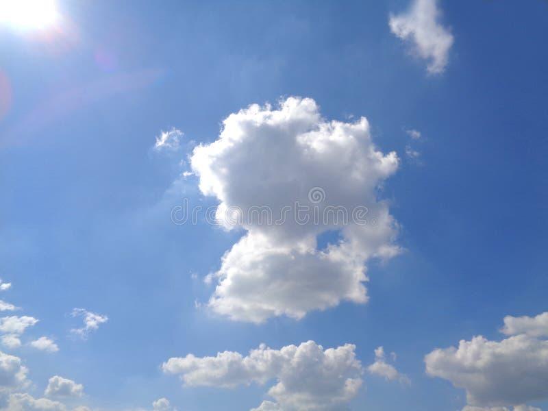 Sunny Blue Sky d'abbagliamento con la nuvola lanuginosa bianca fotografia stock