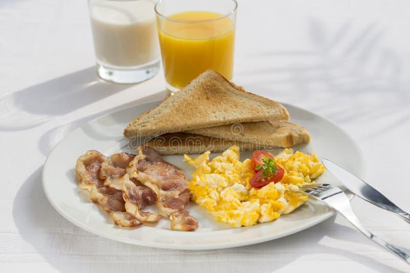 Sunny Breakfast avec le lard, les oeufs et le pain images stock