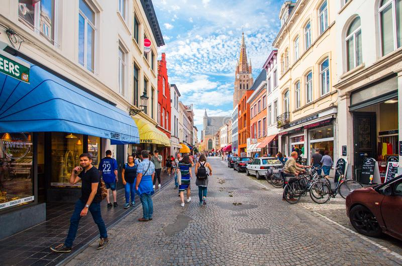 Sunny Bruges-Straße im Sommer stockfotos
