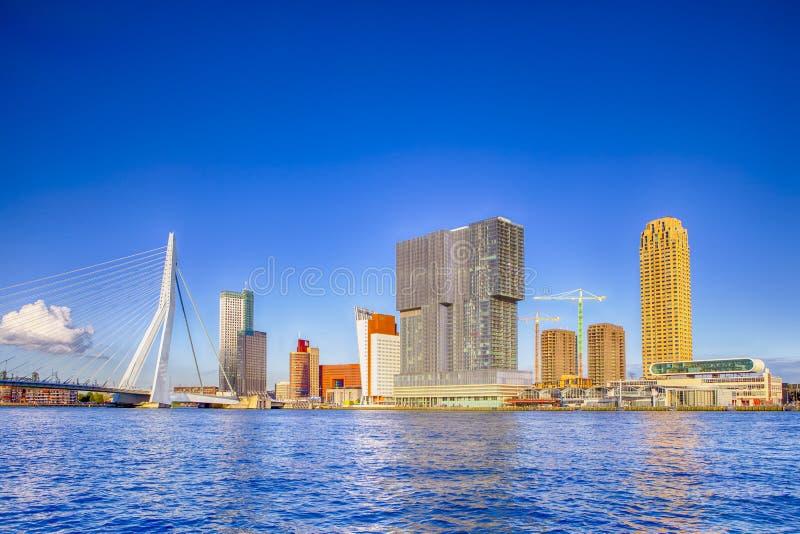 Sunny Cityscape View que sorprende del puerto de Rotterdam y del puerto delante de Erasmusbrug fotografía de archivo