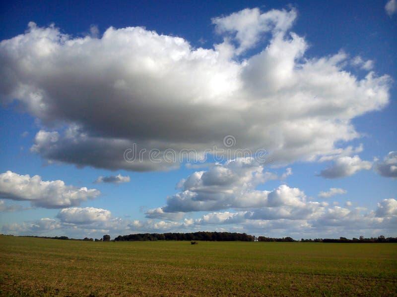 Sunny Clouds über Morgen im Herbst stockbilder