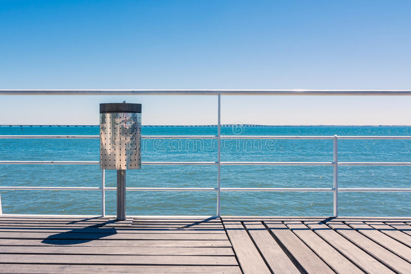 Sunny Day Beach Dock Trash kann, blauer Himmel-hölzerne Landschaft V mit der Eisenbahn befördernd stockfoto