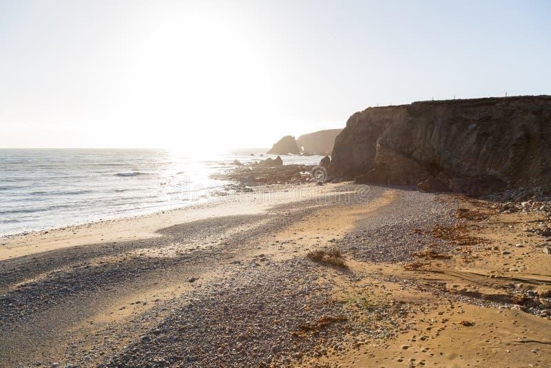 Sunny Day em Rocky Rugged Beach na Irlanda imagens de stock royalty free