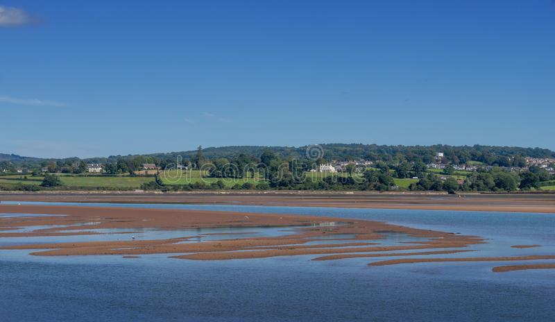 Sunny day view of the flod Exe estuary at Exmouth, low tide with sandbanks Devon, England Inga människor royaltyfri fotografi
