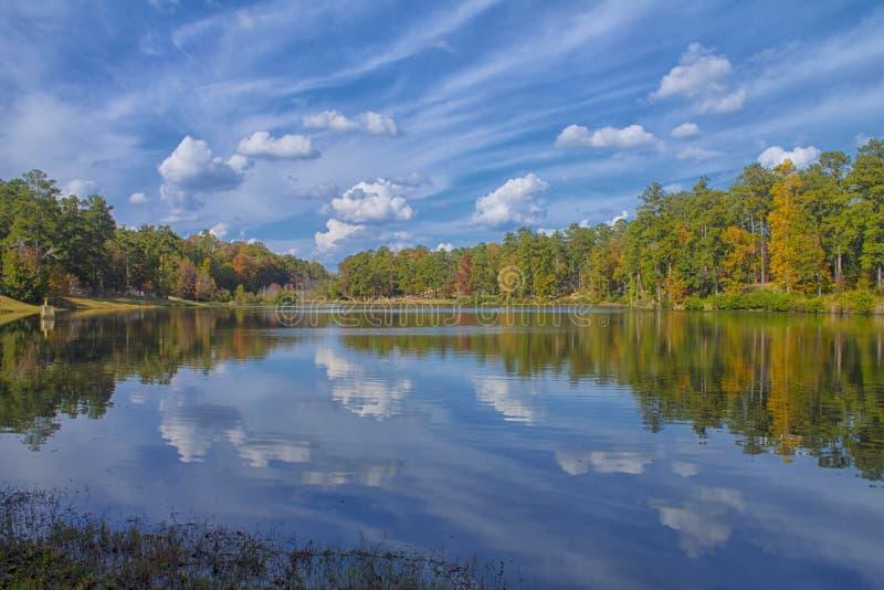 Sunny Fall Reflection al parco immagini stock libere da diritti