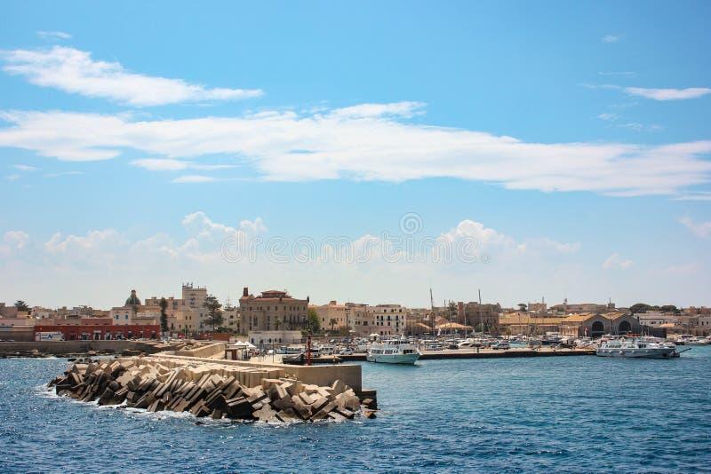Sunny Favignana Port e mar imagem de stock royalty free