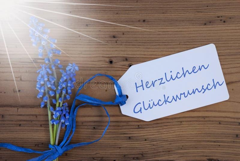 Sunny Grape Hyacinth, etiqueta, Herzlichen Glueckwunsch significa felicitações fotos de stock