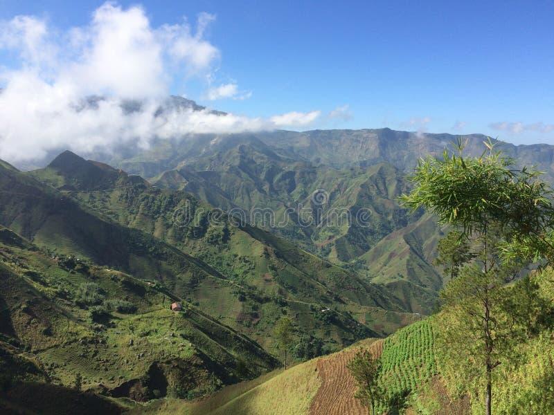 Sunny Haitian Mountain Valley foto de archivo libre de regalías