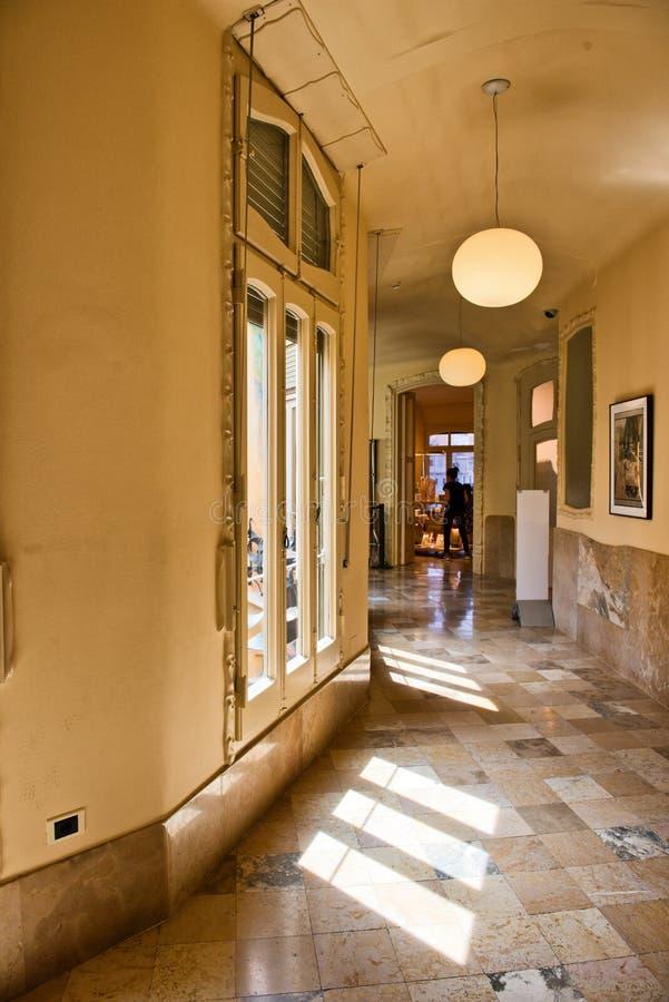 Sunny Hallway Inside Casa Mila, Barcelona, Spanien lizenzfreies stockbild