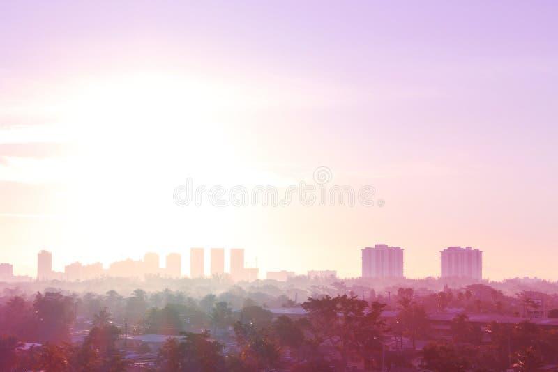 Sunny Isles Beach Florida Cityscapehorisont i ottan med tung dimma och mist royaltyfri fotografi