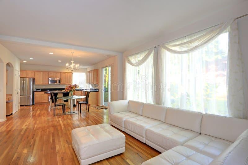 Sunny Modern Living Room con seccional blanco imágenes de archivo libres de regalías
