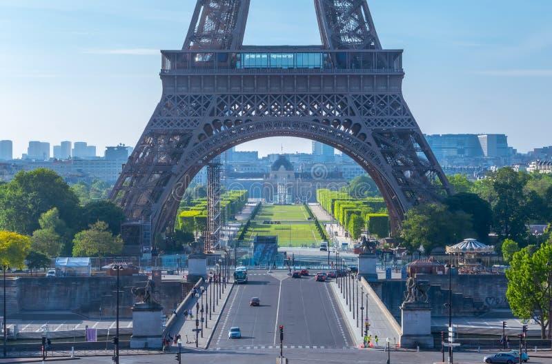 Sunny Morning nära Eiffeltorn arkivfoton