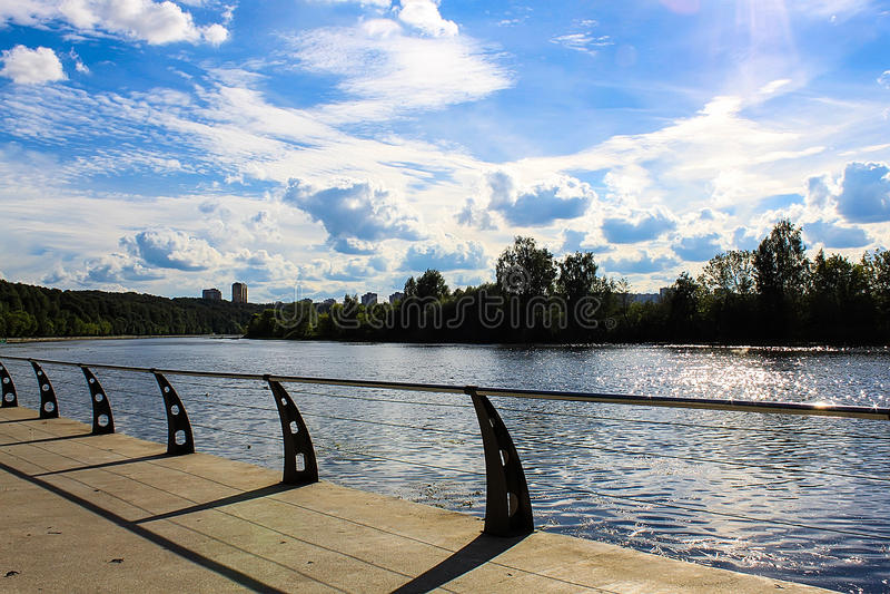 Sunny Moscow-Damm, Brücke lizenzfreie stockbilder