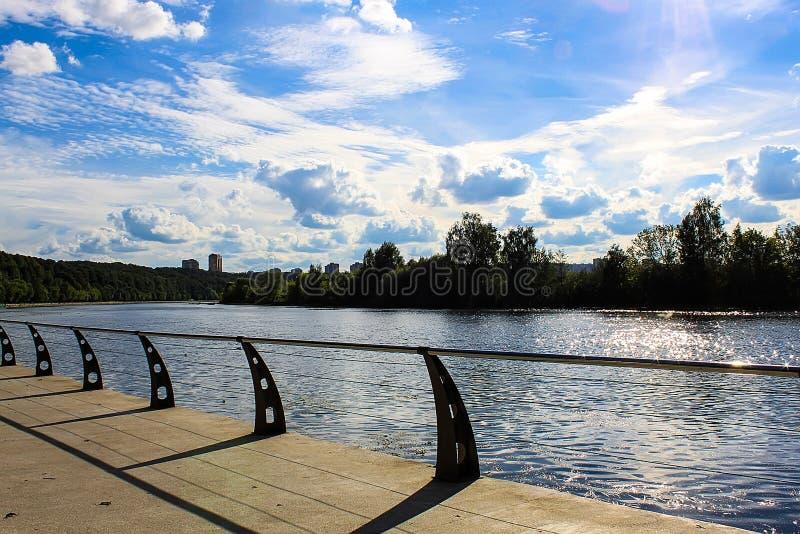 Sunny Moscow-dijk, brug royalty-vrije stock afbeeldingen