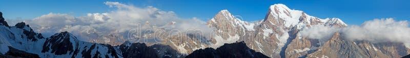Sunny Mountain Panorama ancho del valle de la fan en Tayikistán imagen de archivo libre de regalías