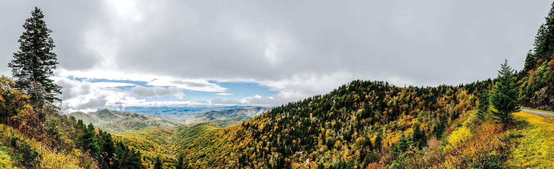 Sunny Panorama vom Ausblick auf blauem Ridge Parkway stockbild