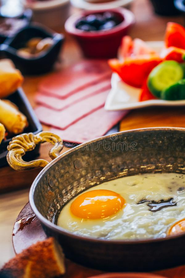 Sunny Side Up Egg Served in Pan stock foto