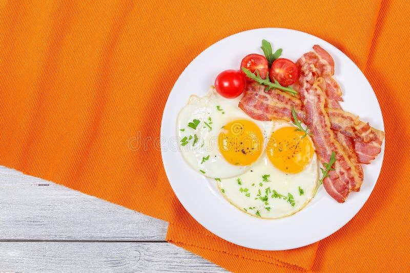 Sunny Side Up Eggs avec le lard images stock