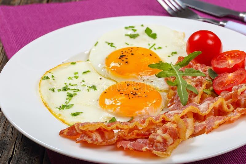 Sunny Side Up Eggs avec le lard croustillant photographie stock libre de droits